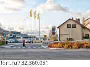 Купить «Центр Пуумалы с пешеходным переходом, кафетериями и магазином. Финляндия», фото № 32360051, снято 5 октября 2019 г. (c) Румянцева Наталия / Фотобанк Лори