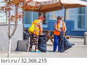 Купить «Russia, Samara, July 2019: Public service workers clean up the street on a sunny summer day», фото № 32366215, снято 27 июля 2019 г. (c) Акиньшин Владимир / Фотобанк Лори