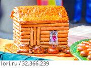 Купить «Figured rosy bakery product in the form of a house at the gastronomic festival.», фото № 32366239, снято 27 июля 2019 г. (c) Акиньшин Владимир / Фотобанк Лори