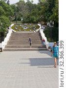 Купить «Синопская лестница с огромными часами в городе Севастополе, Крым», фото № 32366399, снято 24 июля 2019 г. (c) Николай Мухорин / Фотобанк Лори