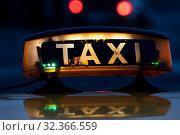 Знак свободного такси на крыше автомобиля в вечернем городе. Стоковое фото, фотограф Николай Винокуров / Фотобанк Лори