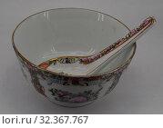 Купить «Тарелка для супа с ложкой, Китай», фото № 32367767, снято 3 ноября 2019 г. (c) Максим Гулячик / Фотобанк Лори