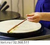 Close-up of cook frying crepe or pancake. Стоковое фото, фотограф Гурьянов Андрей / Фотобанк Лори