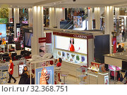 Купить «R. H. Macy and Company Store. Cosmetics and  Fragrances department on ground floor. New York City, USA», фото № 32368751, снято 12 мая 2019 г. (c) Валерия Попова / Фотобанк Лори