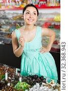 Pretty sexy female posing in the store with lolly. Стоковое фото, фотограф Яков Филимонов / Фотобанк Лори
