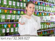 Saleswoman offering perfume. Стоковое фото, фотограф Яков Филимонов / Фотобанк Лори