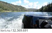 Motor boat rushing along the lake close-up. Стоковое видео, видеограф Mikhail Erguine / Фотобанк Лори