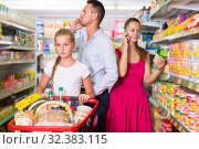 Купить «sad teenager and family with mobiles in organic shop», фото № 32383115, снято 11 июля 2017 г. (c) Яков Филимонов / Фотобанк Лори