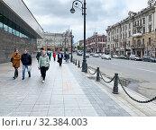 Купить «Владивосток, люди идут по Светланской улице в пасмурную погоду осенью», фото № 32384003, снято 26 октября 2019 г. (c) Овчинникова Ирина / Фотобанк Лори