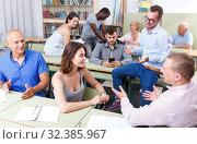 Купить «Men and women discussion during course», фото № 32385967, снято 28 июня 2018 г. (c) Яков Филимонов / Фотобанк Лори