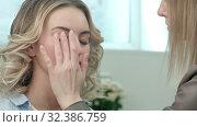 Professional make-up artist applying cream base eyeshadow primer to model eye. Стоковое видео, видеограф Vasily Alexandrovich Gronskiy / Фотобанк Лори