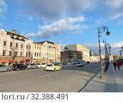 Купить «Владивосток, Светланская улица во Владивостоке осенью в облачный день», фото № 32388491, снято 26 октября 2019 г. (c) Овчинникова Ирина / Фотобанк Лори