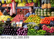 Купить «woman seller selling fresh peaches and other fruits», фото № 32388899, снято 18 ноября 2019 г. (c) Яков Филимонов / Фотобанк Лори