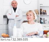 Купить «MAture woman and doctor», фото № 32389035, снято 14 ноября 2017 г. (c) Яков Филимонов / Фотобанк Лори