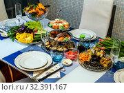 Купить «Красивый стол, накрытый в традициях японской кухни», фото № 32391167, снято 12 декабря 2018 г. (c) Владимир Устенко / Фотобанк Лори