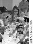 Купить «Девочка рисует», эксклюзивное фото № 32391935, снято 3 ноября 2019 г. (c) Дмитрий Неумоин / Фотобанк Лори