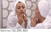 Woman squeezing pimples. Стоковое видео, видеограф Илья Шаматура / Фотобанк Лори