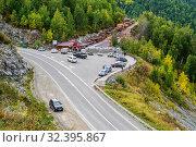 Chike-Taman Pass, Altai Mountains, Russia - September, 13, 2019: Roadside market, car parking and viewing platform. Редакционное фото, фотограф Вадим Орлов / Фотобанк Лори
