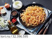 Купить «close-up of crispy fried onion rings and strings», фото № 32396595, снято 18 сентября 2019 г. (c) Oksana Zh / Фотобанк Лори