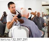 Купить «Barber using electric trimmer», фото № 32397291, снято 22 августа 2019 г. (c) Яков Филимонов / Фотобанк Лори