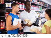 woman and two men speaking about sports nutrition. Стоковое фото, фотограф Яков Филимонов / Фотобанк Лори