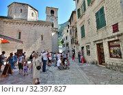 Купить «Kotor, Montenegro - June 10. 2019. Group of tourists on the square in the Old Town Square», фото № 32397827, снято 10 июня 2019 г. (c) Володина Ольга / Фотобанк Лори