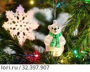 Купить «Стеклянная фигурка белого медведя на ёлке», эксклюзивное фото № 32397907, снято 20 января 2019 г. (c) Dmitry29 / Фотобанк Лори