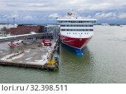 Купить «Морской круизный паром Viking XPRS у портового терминала компании Викинг Line мартовским облачным утром. Хельсинки, Финляндия», фото № 32398511, снято 10 марта 2019 г. (c) Виктор Карасев / Фотобанк Лори