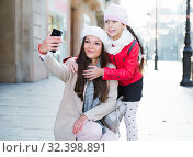 Woman with child daughter making selfie. Стоковое фото, фотограф Яков Филимонов / Фотобанк Лори