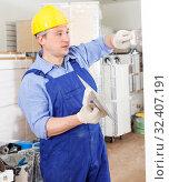Купить «Construction worker plastering wall», фото № 32407191, снято 4 мая 2018 г. (c) Яков Филимонов / Фотобанк Лори