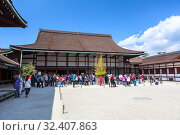 Large group of visitors has tour on inner yard of Imperial palace. The Seiryoden wooden building. Kyoto, Japan (2013 год). Редакционное фото, фотограф Кекяляйнен Андрей / Фотобанк Лори