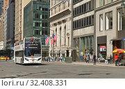 Купить «Tourist bus on Fifth Avenue. Нью-Йорк, США», фото № 32408331, снято 9 мая 2019 г. (c) Валерия Попова / Фотобанк Лори