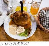 Купить «Fried pork knuckle (boar knee) with mustard and horseradish. Traditional czech dish», фото № 32410307, снято 20 ноября 2019 г. (c) Яков Филимонов / Фотобанк Лори
