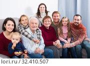 Laughing family making numerous photos. Стоковое фото, фотограф Яков Филимонов / Фотобанк Лори