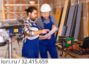 Купить «Worker man is clarifying details of work from foreman», фото № 32415659, снято 6 марта 2019 г. (c) Яков Филимонов / Фотобанк Лори