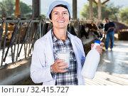 Купить «mature woman is standing at the cow farm», фото № 32415727, снято 24 октября 2017 г. (c) Яков Филимонов / Фотобанк Лори