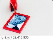 Купить «Zerbrochner Bilderrahmen und High Heels. Symbolfoto für Scheidung, Trennung und Beziehungskrise», фото № 32416835, снято 8 июля 2020 г. (c) age Fotostock / Фотобанк Лори