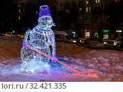 Купить «Световая новогодняя и рождественская инсталляция в виде снеговика-хоккеиста с хоккейной клюшкой. Подмосковье», фото № 32421335, снято 5 января 2019 г. (c) Устенко Владимир Александрович / Фотобанк Лори