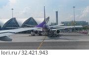 Купить «Airplane taxiing in Suvarnabhumi airport, Bangkok», видеоролик № 32421943, снято 30 ноября 2017 г. (c) Игорь Жоров / Фотобанк Лори