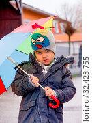 Купить «Kind mit Regenschirm, Symbol für Kindheit, Solidarität, Hilfe, Hilfspaket, Rettungsschirm,», фото № 32423755, снято 29 февраля 2020 г. (c) age Fotostock / Фотобанк Лори