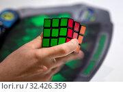 Купить «Молодые человек собирает на скорость кубик Рубика в городе Москве, Россия», фото № 32426359, снято 16 ноября 2019 г. (c) Николай Винокуров / Фотобанк Лори