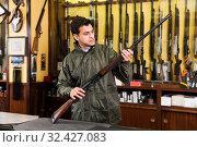 Man choosing rifle in shop. Стоковое фото, фотограф Яков Филимонов / Фотобанк Лори