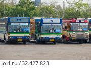 Городские автобусы 77-го маршрута на конечной остановке Mochit 2. Бангкок, Таиланд (2018 год). Редакционное фото, фотограф Виктор Карасев / Фотобанк Лори