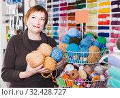 Woman holding colorful yarn for their hobby. Стоковое фото, фотограф Яков Филимонов / Фотобанк Лори
