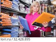Купить «Mature woman customer buying cotton bedsheet», фото № 32428895, снято 17 января 2018 г. (c) Яков Филимонов / Фотобанк Лори