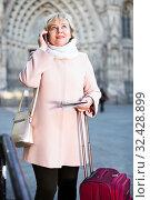 woman with map talking phone. Стоковое фото, фотограф Яков Филимонов / Фотобанк Лори