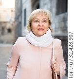 Купить «Female in the city in scarf and coat», фото № 32428907, снято 27 ноября 2017 г. (c) Яков Филимонов / Фотобанк Лори