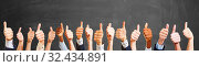 Daumen hoch von Leute als Gratulation. Стоковое фото, фотограф Zoonar.com/Robert Kneschke / age Fotostock / Фотобанк Лори