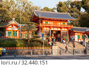 Visitors come to the Yasaka-Jinja Shrine throught main gate the Nishiromon. It is a Shinto shrine in the Gion District. Entrance from wooden orange pagoda. Киото, Япония (2013 год). Редакционное фото, фотограф Кекяляйнен Андрей / Фотобанк Лори