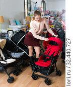 Купить «shopper choosing carriage for kids», фото № 32440727, снято 19 декабря 2017 г. (c) Яков Филимонов / Фотобанк Лори